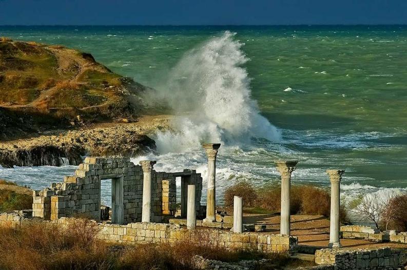 Море в Крыму порой штормит, но разве это повод отказываться от отдыха?