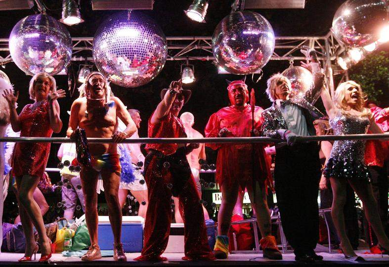 Парад ЛГБТ-сообщества на улицах Сиднея собирает множество участников и зрителей