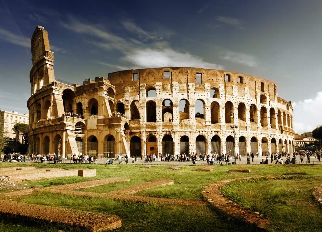 Колизей - памятник архитектуры Древнего Рима, увидеть его вживую стремится практически каждый турист
