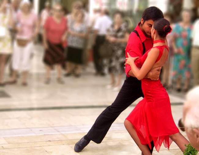 Жаркое испанское солнце располагает к страстным танцам и местных жителей, и туристов