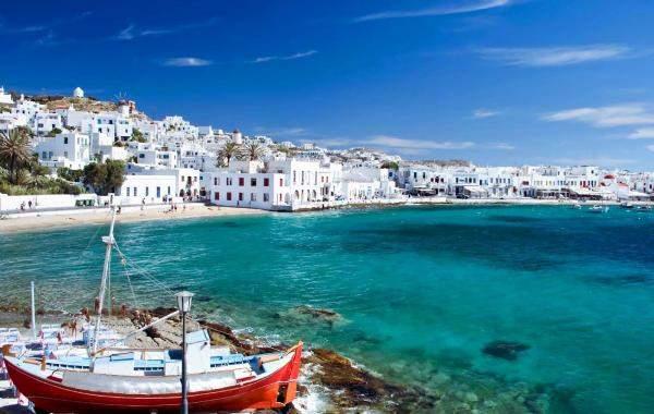 Пляжи средиземного моря и жаркое солнце Греции светят каждому туристу - молодому и старому