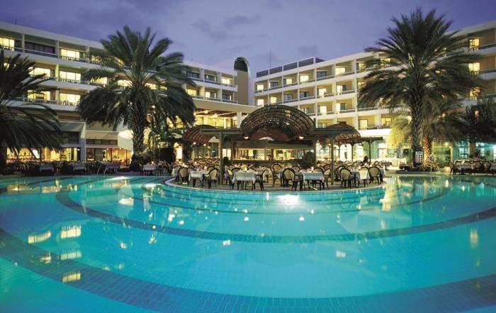 Отели Кипра могут похвастаться собственным бассейном, несмотря на близкое море