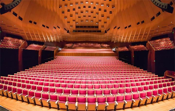 Опера Сиднея внутри поражает необычной формой сводов потолка и невероятной акустикой