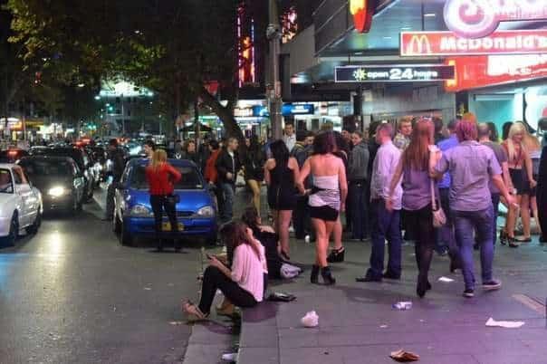 Если приехали на авто, не паркуйте его в этом злачном районе, есть риск после окончания тусовки обнаружить на ней следы бурной ночной жизни Сиднея