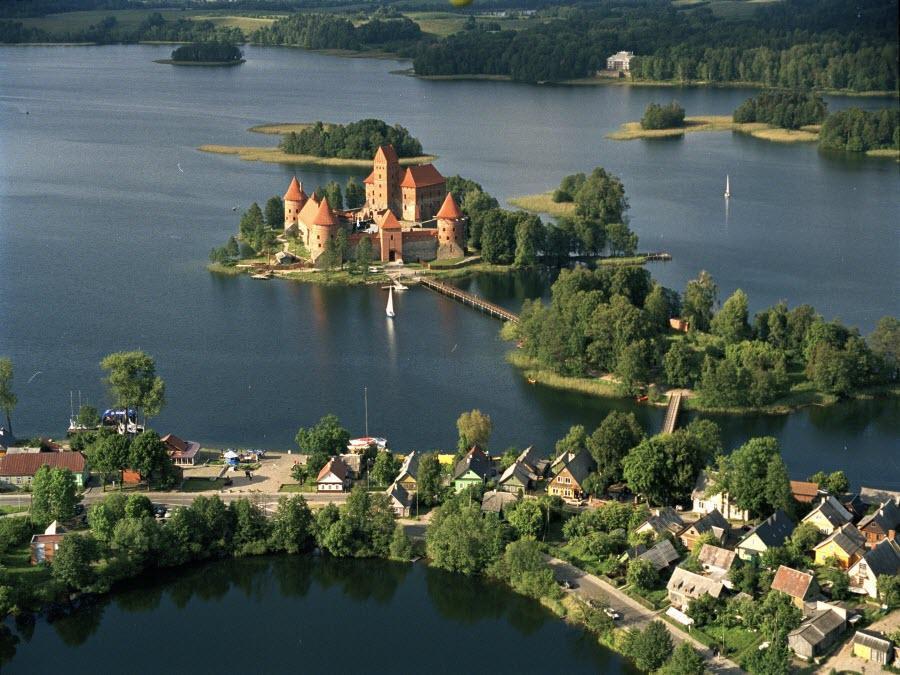 Старинные замки Латвии расположились в уютных уголках с великолепной природой