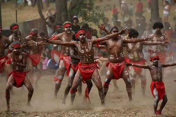 На территории Австралии выделяется несколько типов аборигенов: барринеанцы, мюррейцы, карпентарцы, и так далее