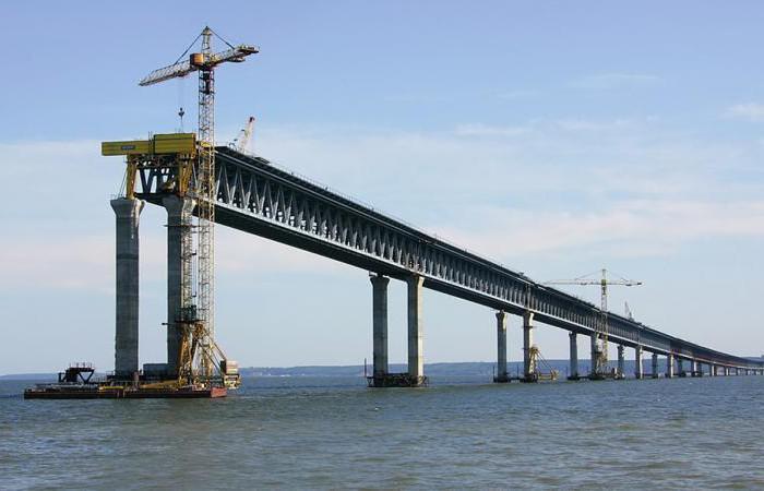 Мост в Крым уже возводится, и в недалеком будущем станет удобной транспортной артерией, связывающей полуостров и материк