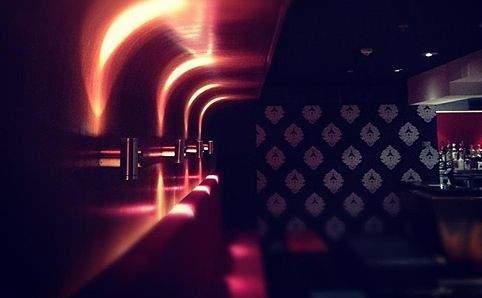 В One22 есть танцпол и посадочные места для тех, кто решил передохнуть и пропустить по коктейлю