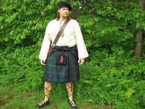 Мужчина в традиционном шотландском килте