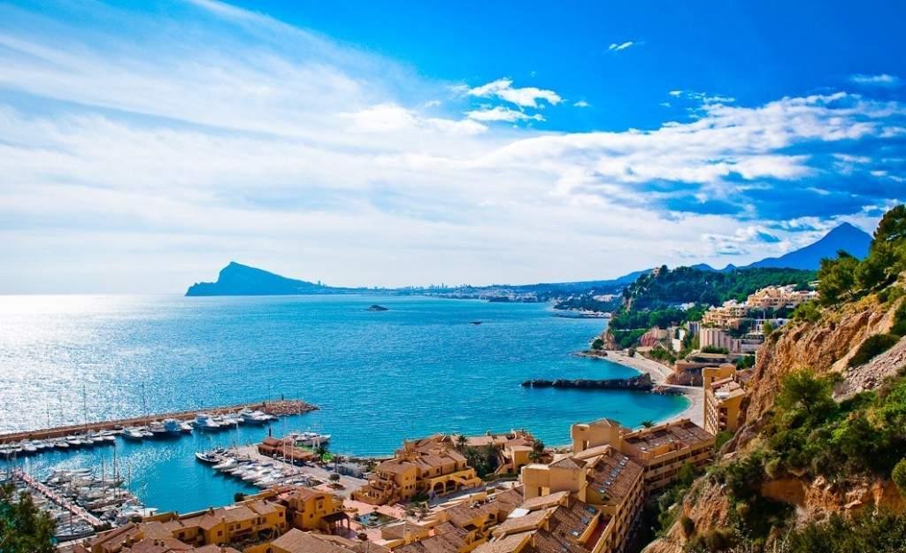 Испанский берег - магнит для тысяч туристов со всего мира
