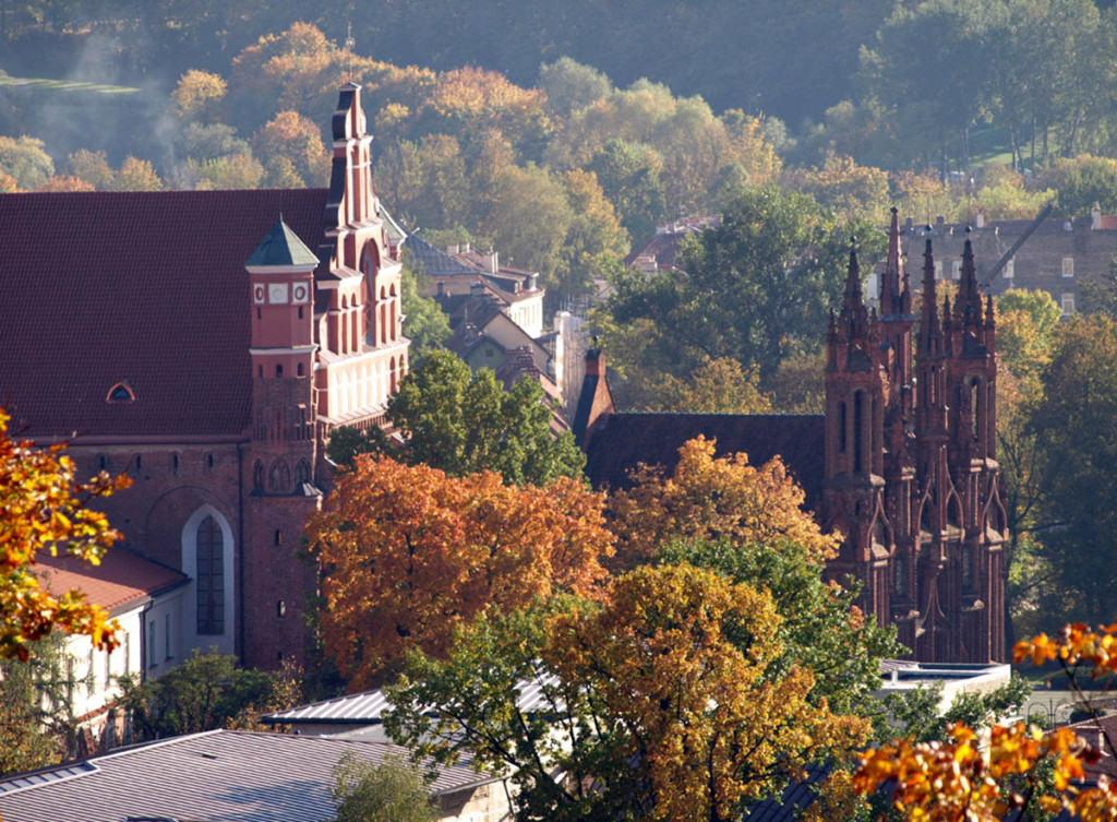 Архитектура Вильнюса сохранила множество памятников архитектуры прошлых веков, поэтому посетить его весьма интересно для туристов
